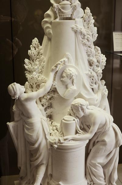 Monument à Mme Favart. Jean Jacques Caffieri.