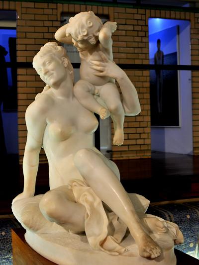 Femme jouant avec son enfant. Jean Baptiste Hugues.